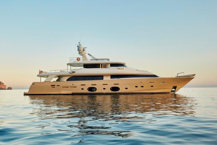 Ferretti motor yacht DEVA sold by Ocean Independence