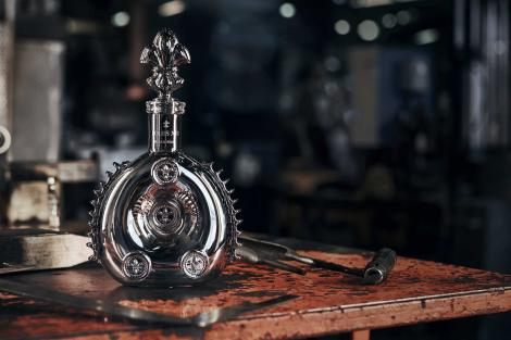 Black Pearl AHD LOUIS XIII bottle on table